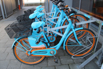 Extra BlueBikes aan station